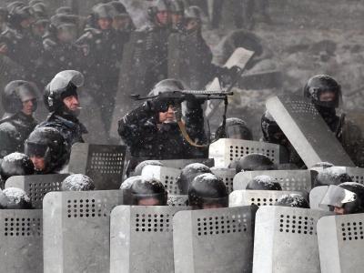 Ukrainische Sicherheitskräfte schießen Tränengas auf die Protestler. Foto: Zurab Kurtsikidze