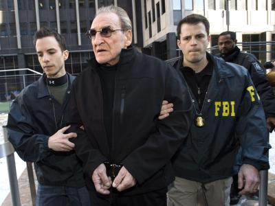 FBI-Agenten führen Vincent Asaro (M) in New York ab: Der 78-Jährige soll maßgeblich am sogenannten Lufthansa-Raub im Dezember 1978 beteiligt gewesen sein. Foto: Justin Lane