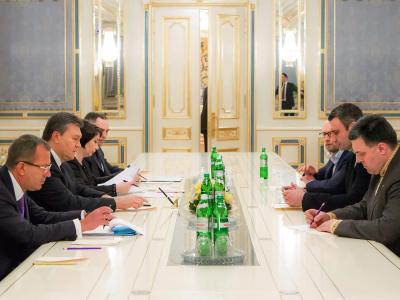 Fast fünf Stunden saßen Staatspräsident Viktor Janukowitsch (2.v.l.) und Oppositionspolitiker um Ex-Boxweltmeister Vitali Klitschko (2.v.r.) bei einem Krisengespräch zusammen. Foto: Sergej Dolzhenko