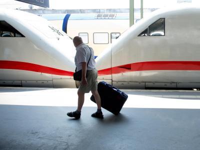 Ein Mann geht am 09.07.2013 am Hauptbahnhof in Hannover an einem geteilten ICE vorbei. Foto:Julian Stratenschulte/Archiv