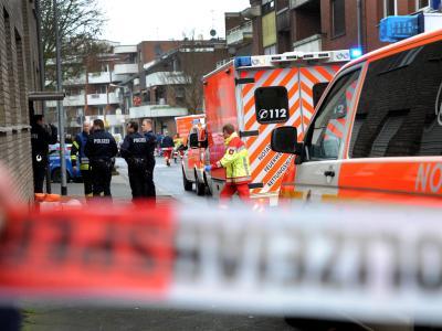 Rettungskräfte stehen in Mönchengladbach vor einem Haus. Bei einer Familientragödie ist eine Frau getötet worden. Foto: Hans-Peter Reichartz