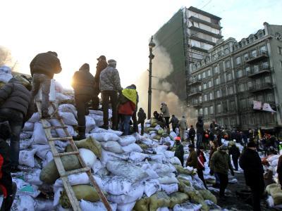 Demonstranten in Kiew verstärken die meterdicken Barrikaden gegen die Spezialeinheiten der Polizei. Foto: Zurab Kurtsikidze