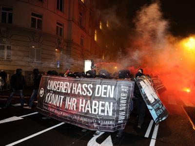 Vermummte Demonstranten inWien. Bei den Protesten gegen den Akademikerball wurden mehr als 20 Menschen verletzt. Foto: Herbert P. Oczeret