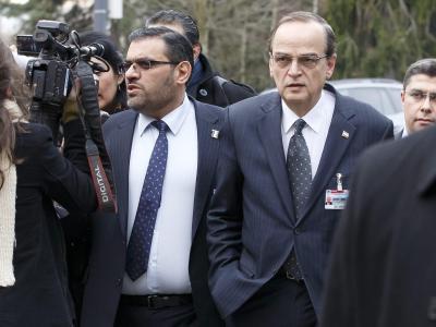 Ernste Gesichter: Die Vertreter der syrischen Opposition vor Beginn der Gespräche. Foto: Salvatore di Nolfi