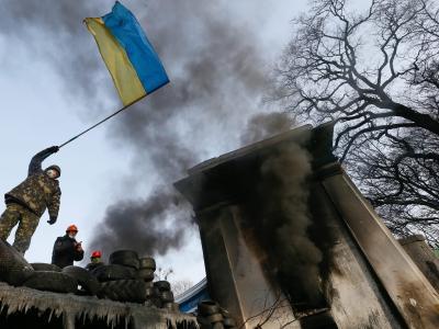 Ukrainische Flagge in Händen eines Regierungsgegners. Foto: Sergey Dolzhenko