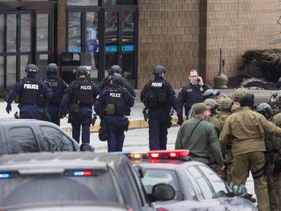 Polizei vor Einkaufszentrum in der Nähe von Washington in dem sich die Tat ereignete. Foto: Jim Lo Scalzo