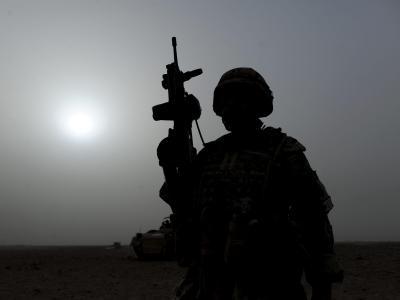 Ein Bundeswehrsoldat bei einem Einsatz nahe Kundus in Afghanistan. Foto: Maurizio Gambarini/Archiv