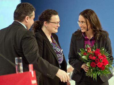 Die neue Generalsekretärin Yasmin Fahimi zusammen mit Parteichef Sigmar Gabriel und Vorgängerin Andrea Nahles. Foto: Bernd von Jutrczenka