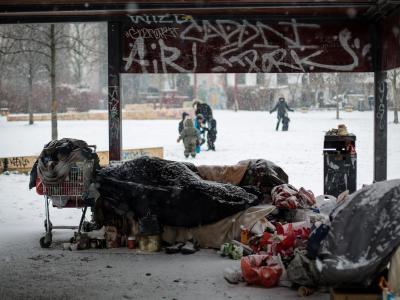 Winter ohne Wohnung:Ein Obdachloser schläft auf einem Spielplatz in Berlin. Foto: Maja Hitij