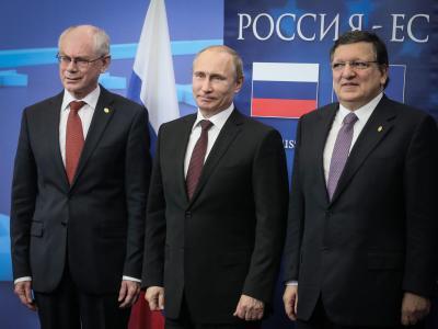 Nicht gerade entspannt wirken Herman Van Rompuy (l) und José Manuel Barroso (r) beim Fototermin mit Wladimir Putin. Foto:Olivier Hoslet