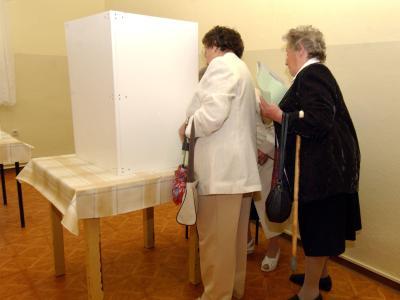 Ältere Frauen in einem Wahllokal: Union und SPD wurden wegen ihrer großzügigen Rentenpläne schon als «Koalition der Alten» geschmäht. Foto: Martin Schutt/Archiv