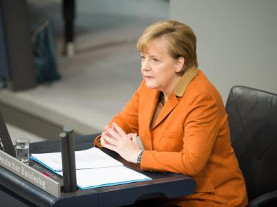 Wegen einer Verletzung bei einem Skiunfalls saß die Bundeskanzlerin während ihrer Rede. Foto: Maurizio Gambarini