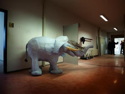 Ein Elefant aus Pappmaschee steht in Hoyerswerda in der umgebauten ehemaligen Förderschule. Hoyerswerda ist auf die Ankunft der ersten Asylbewerber vorbereitet. Foto:Arno Burgi