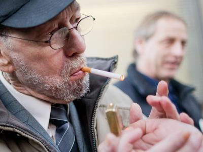 Adolfs steckt sich vor dem Landgericht eine Zigarette an. Foto: Rolf Vennenbernd