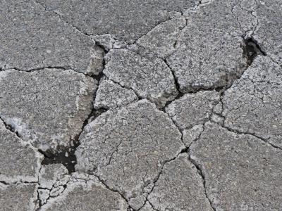 Schon ein normal beladener Lkw verursacht tausendfach mehr Verschleiß als ein Pkw. Foto: Tobias Kleinschmidt
