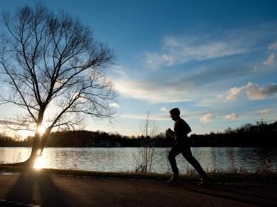 Bei vorfrühlingshaften Temperaturen ist ein Jogger Mitte Januar in Göttingen unterwegs. Foto: Swen Pförtner/Archiv
