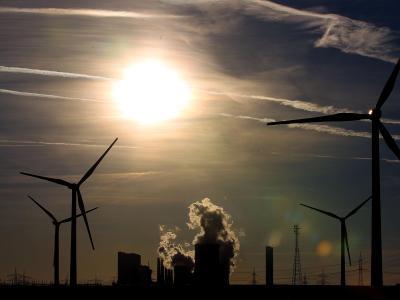 Windräder vor Kraftwerk