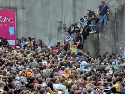Kurz vor dem Unglück bei der Loveparade am 24.07.2010 stehen Menschen dicht gedrängt an einem Tunnelausgang in Duisburg. Foto: Daniel Naupold/Archiv
