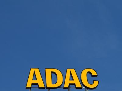 ARCADAC-Werbung des Automobilclubs in Halle/Saale. Foto: Jens Wolf/Archiv