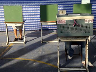 Stimmabgabe in einem Wahllokal in Bangkok. Wegen Blockaden konnte bei der Parlamentswahl in Thailand allerdings in zahlreichen Wahlbezirken nicht gewählt werden; ein Endergebnis wird vorerst nicht verkündet. Foto: Rungroj Yongrit
