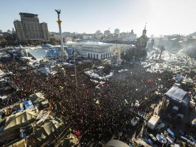 Tausende Demonstranten stehen auf dem Unabhängigkeitsplatz (Maidan) in Kiew. Foto: Iren Moroz