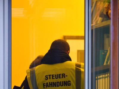 Wenn sie ins Haus kommen, hilft keine Selbstanzeige mehr: Steuerfahnder bei einer Durchsuchung. Foto: Patrick Pleul/Archiv