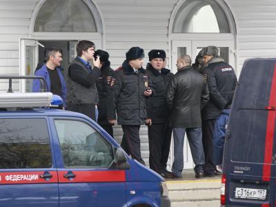 Polizisten vor der Moskauer Schule, in der zwei Menschen starben. Foto: Yuri Kochetkov