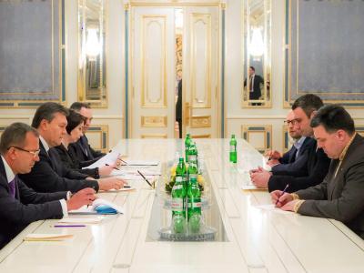 Klitschko (2.v.r.) über Janukowitsch (2.v.l.): «Es ist wirklich schwierig für mich, diesem Betrüger in den Verhandlungen gegenüber zu sitzen.» Foto: Sergej Dolzhenko/Archiv