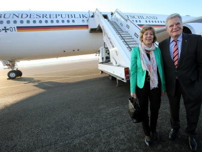 Bundespräsident Joachim Gauck und seine Lebensgefährtin Daniela Schadt vor dem Abflug nach Indien. Foto: Wolfgang Kumm