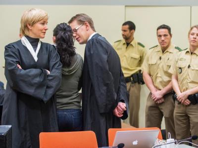 Beate Zschäpe im Gerichtssaal zwischen ihren Anwälten Anja Sturm und Wolfgang Heer. Foto: Marc Müller