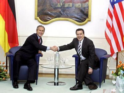 Dass der damalige Bundeskanzler Schröder (l) den Irak-Feldzug von US-Präsident Bush nicht unterstützen wollte, machte ihn offenbar verdächtig. Foto: Johannes Eisele/Archiv
