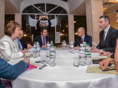 Catherine Ashton im Gespräch mit der Opposition: Die Europäische Union bemüht sich weiter um die Ukraine. Foto:Andrew Kravchenko