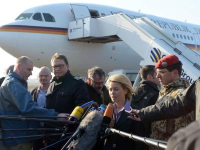 Unmittelbar nach dem Kabinettsbeschluss brach Verteidigungsministerin Ursula von der Leyen zu einer Afrikareise auf. Foto: Peter Steffen