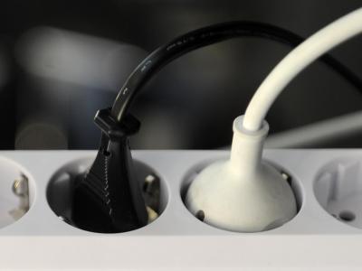 Strom kommt aus der Steckdose - doch wie kommt er da rein? Der Ausbau der deutschen Stromleitungen kommt nur mühsam voran. Foto: Tobias Hase