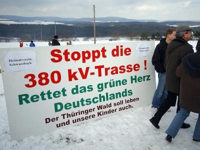 Stromtrassengegner aus Thüringen und Bayern protestieren gegen eine Starkstromleitung. Foto: Stefan Thomas/Archiv
