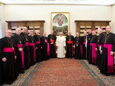 Papst Franziskus im Kreis österreichischer Bischöfe im Vatikan. Foto: Osservatore Romano
