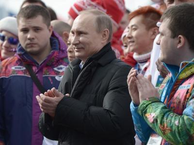 Wldimir Putin (M) besucht russische Athleten im olympischen Dorf in Sotschi. Foto: Alexei Nikolsky