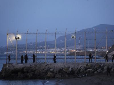 Spanische Polizisten in Ceuta: Bei einem Massenansturm afrikanischer Flüchtlinge auf die spanische Nordafrika-Exklave sind mehrere Menschen gestorben. Foto: epa/Reduan