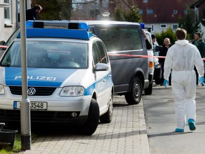 Spurensicherung vor dem Mehrfamilienhaus in dem eine Familie durch eine Explosion umkam. Foto: Julian Stratenschulte