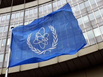 Die IAEA-Flagge vor dem UN-Gebäude in Wien. Foto: Roland Schlager
