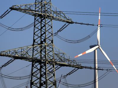 Um die Verbraucher vor weiteren starken Strompreisanstiegen zu schützen, will Gabriel eine Solidarabgabe bei Unternehmen erheben. Foto: Bernd Wüstneck