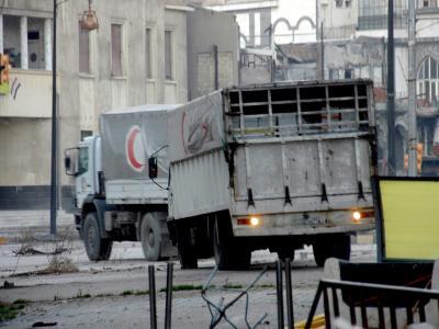 Lastwagen mit Lebensmitteln erreichen die Altstadt von Homs.Foto: epa