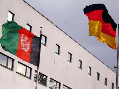 Die Flaggen Afghanistans und Deutschlands wehen imWind.Foto: Oliver Berg