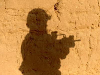 Der Schatten eines Bundeswehrsoldaten fällt während einer Patrouille in Afghanistan auf eine Lehmwand. Foto: Maurizio Gambarini