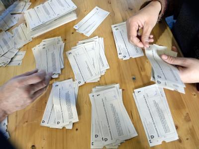 Stimmzettel werden ausgezählt. Foto: Walter Bieri