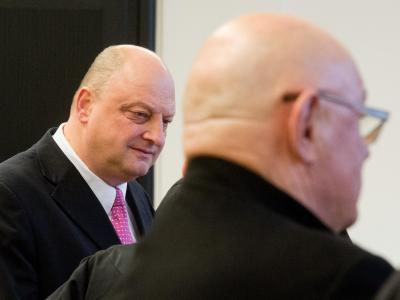 Olaf Glaeseker (l), früherer Sprecher des Ex-Bundespräsidenten Wulff, und der Mitangeklagte, der Partymanager Manfred Schmidt. Foto: Julian Stratenschulte