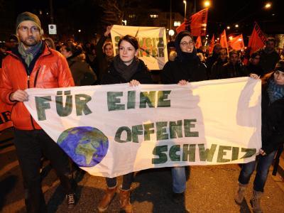 Aus Enttäuschung über die Niederlage gingen in Zürich, Bern und Luzern am Abend Hunderte Menschen auf die Straßen. Foto: Steffen Schmidt