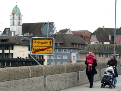 Ein Schild am Ortsende von Rheinfelden weist an der Rheinbrücke den Weg Richtung Schweiz. Foto: Patrick Seeger