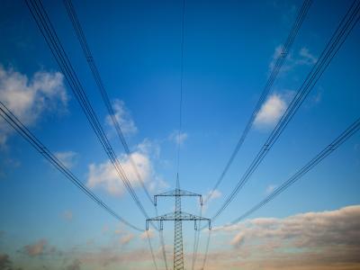 Angela Merkel hat deutlich gemacht, dass sie am Bau neuer Stromtrassen in den Süden festhält. Foto: Julian Stratenschulte