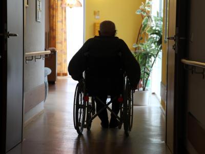 Bei immer mehr Menschen muss der Staat für die Pflege aufkommen. Foto: Jens Büttner/Archiv